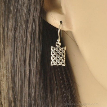 Boucles d'oreilles croisées argent.