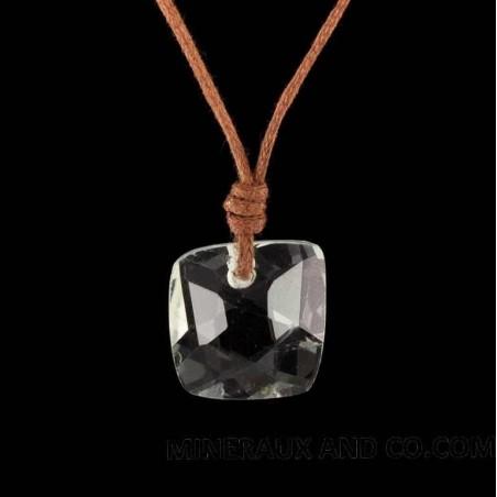 Pendentif cristal de roche facetté et cordon.
