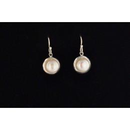 Boucles d'oreilles en perles blanches serties et argent 925.