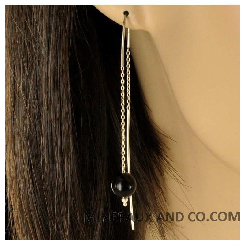 Boucles d'oreilles chaînes pendantes et perles d'onyx.