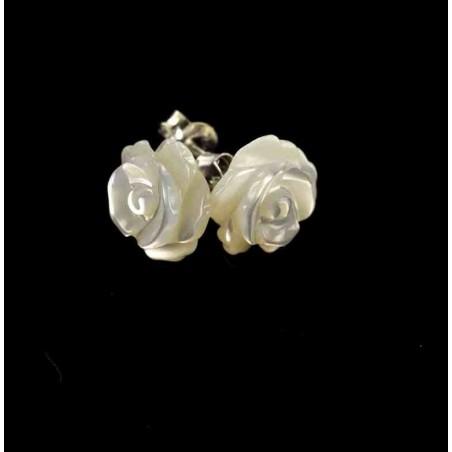 Boucles d'oreilles et roses de nacre blanche