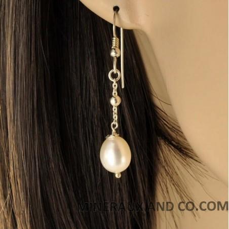 Boucles d'oreilles perle blanche et chaînettes.