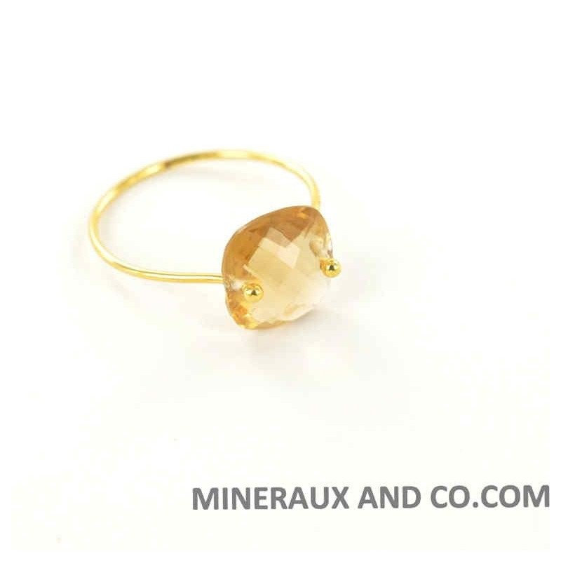 Bague anneau plaqué or et zirconium carré jaune.