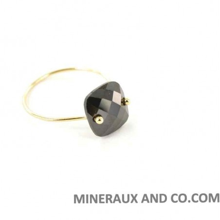 Anneau fin plaqué or et pierre zircon noir.