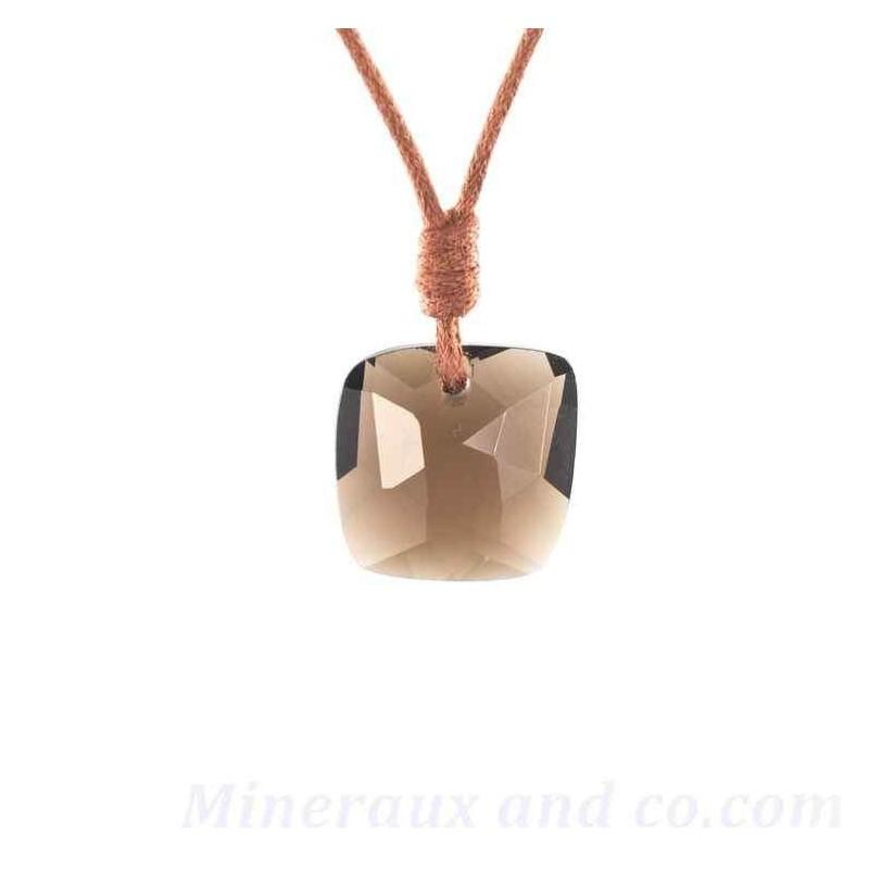 Pendentif carré facetté en quartz fumé sur cordon coton.