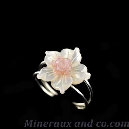 Bague anneau argent fleur nacre blanche et rose.