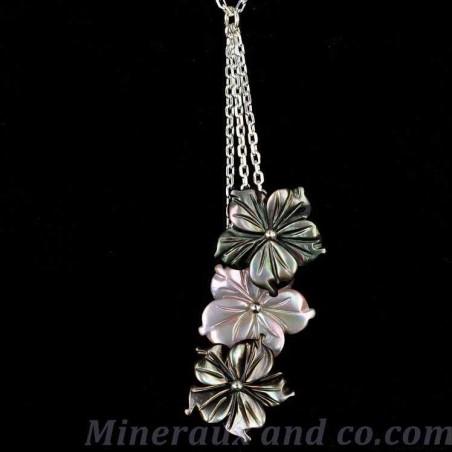 Pendentif chaîne argent et trois fleurs de nacre grises et roses.