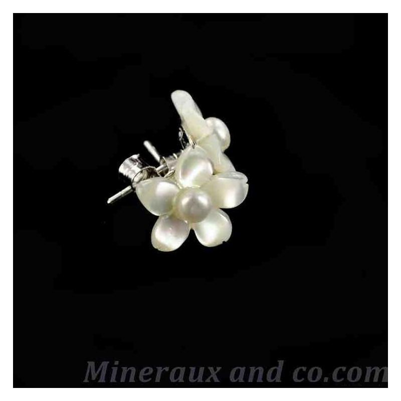 Boucles d'oreilles tiges argent 925 fleur de nacre blanche .