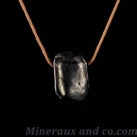 Pendentif shungite en pierre roulée montée sur cordon coton.
