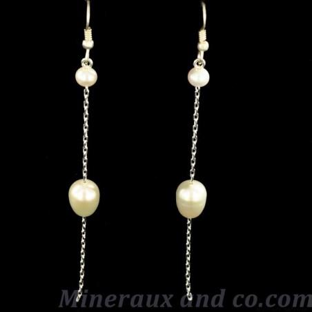 Boucles d'oreilles pendantes et perles blanches