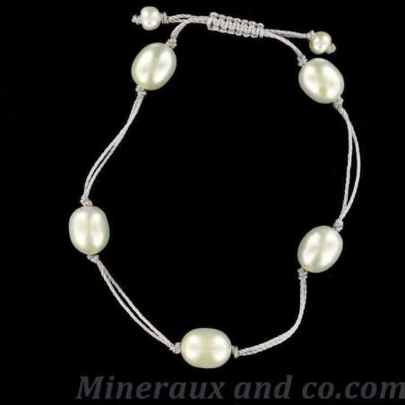 Bracelet cordon et cinq perles de culture d'eau douce.