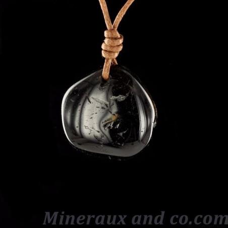 Pendentif en pierre d'onyx noir polie percée .