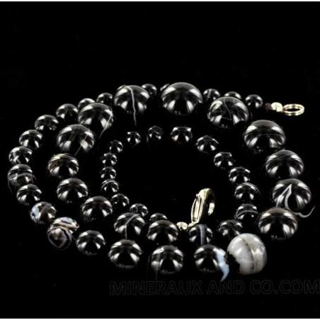 Collier en perles d'onyx noir.