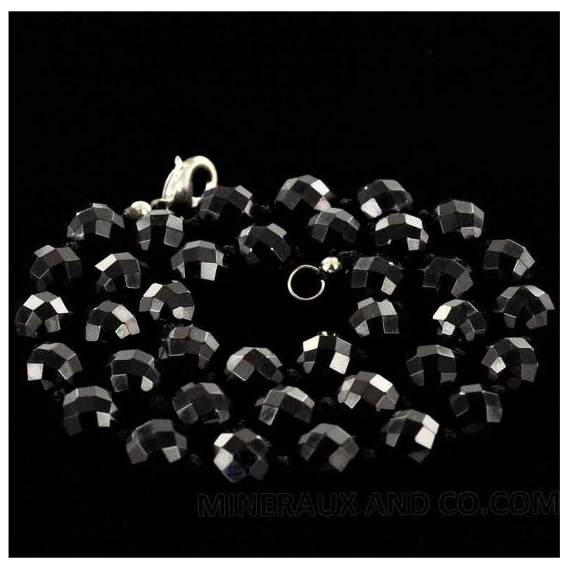 Collier en perles d'onyx brillant.