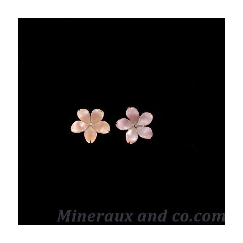 Boucles d oreilles tiges argent 925 fleur de nacre rose .