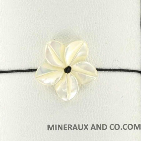 Bracelet fleur de nacre blanche et cordon noir.