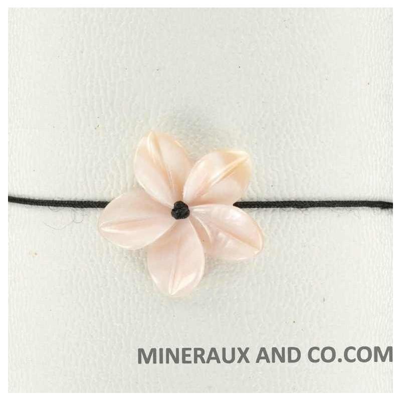Bracelet fleur de nacre rose et cordon.