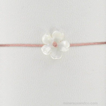 Bracelet fleur de nacre monté sur cordon saumon.