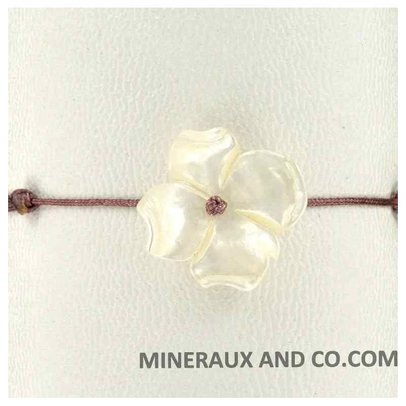 Bracelet fleur de nacre et cordon marron.