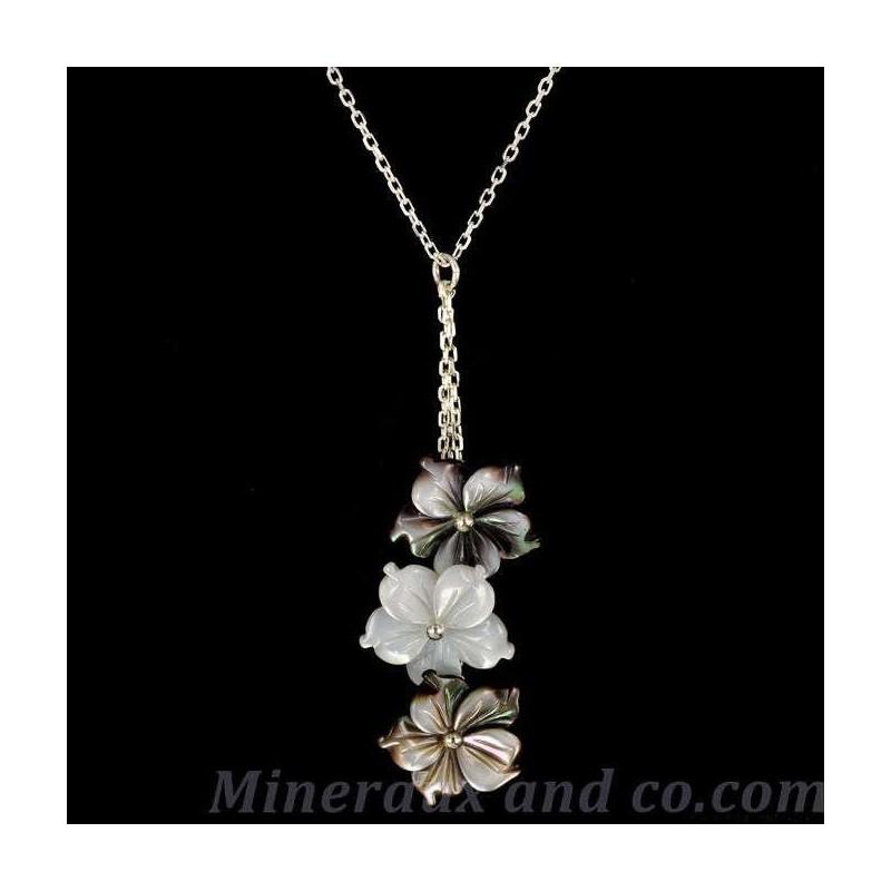 Pendentif chaîne argent et trois fleurs de nacre grises et blanches.