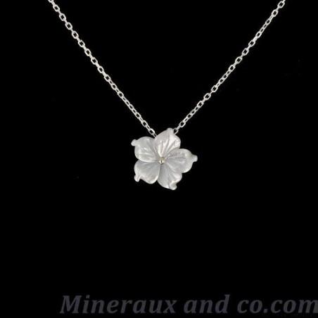 Pendentif chaîne argent 925 et fleur de nacre blanche.
