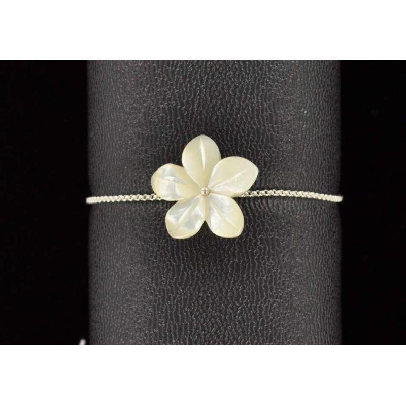 Bracelet chaîne argent 925 et fleur en nacre blanche.