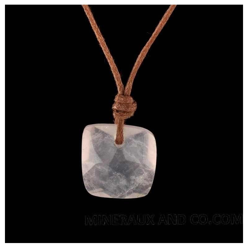 Pendentif quartz rose carré facetté sur cordon coton.