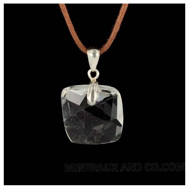 Pendentif carré facetté en quartz.