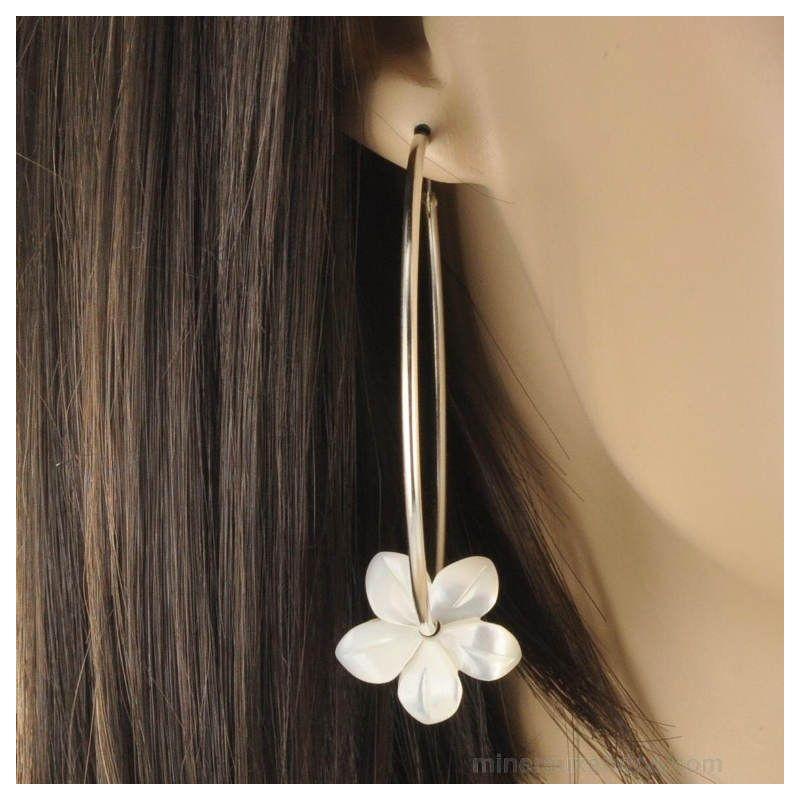 Boucles d'oreilles créole fleurs de nacre blanche et argent 925.