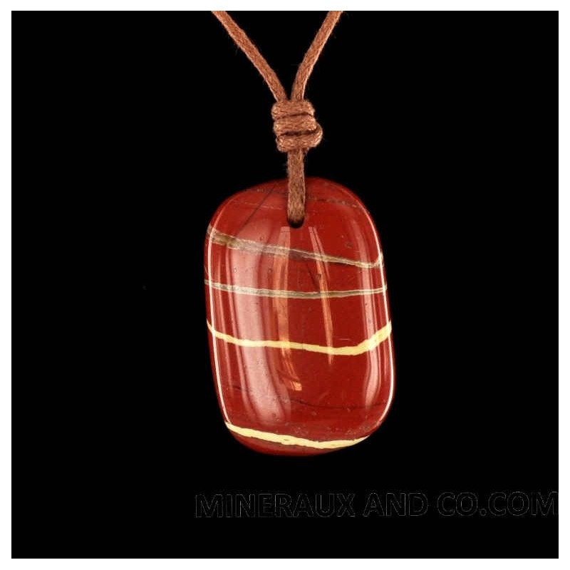 Pendentif jaspe rouge en pierre roulée sur cordon.